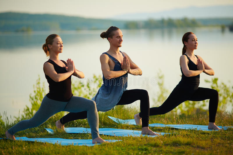 practicar yoga con amigos